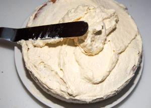 украшаем торт кремом и конфетами рафаэлло