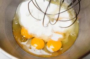 взбиваем яйца с экстрактом миндаля и сахаром
