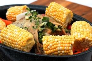 добавляем кукурузу, соль и перец