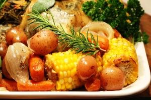 готовую курицу с овощами выкладываем на поднос