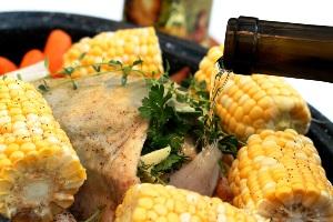 добавляем вино и оливковое масло и тушим курицу 8 часов
