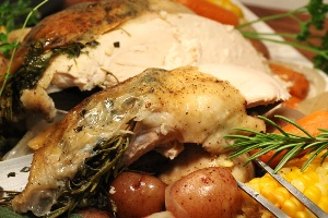 готовую курицу разрезаем на порции и подаем с овощами