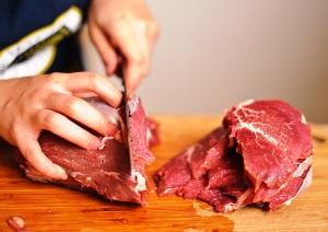 нарезаем стейки из мяса