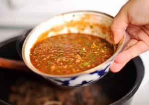 добавляем томатный соус и тушим 50 минут