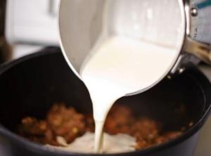 добавляем сливочный крем к мясу