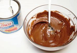 смешиваем растопленный шоколад и сгущенку