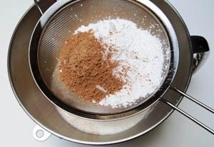 добавляем сахарную пудру и какао