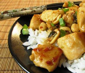 добавляем овощи, соевый соус и специи, и тушим курицу 25 минут