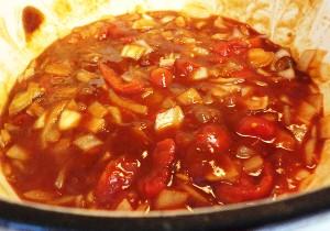 добавляем сахар и помидоры и жарим еще 4 минуты