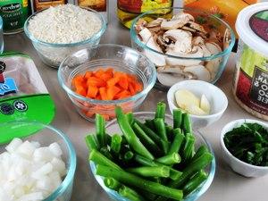 обжаренную курицу, тушим с рисом и овощами