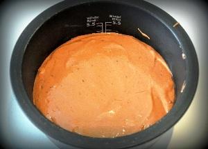 вливаем тесто в мультикастрюлю и выпекаем 50 минут