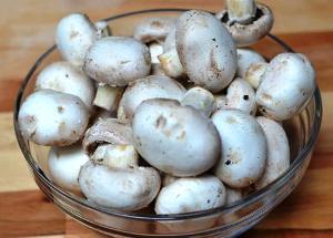 чистим, моеи и кладем грибы в мультикастрюлю