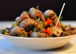 маринованные грибы подаем с зеленью и постным маслом