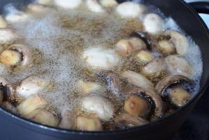 добавляем лимонный сок и варим грибы 15 минут
