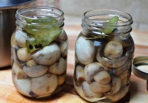 заливаем грибы маринадом и ставим в хлодильник
