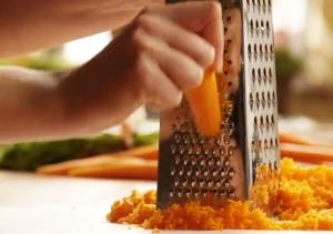 подготавливаем морковь, изюм и орехи