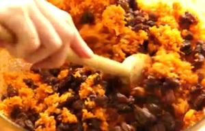 смешиваем морковь, коричневый сахар и изюм