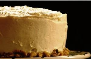 намазываем пирог кремом и украшаем орехами