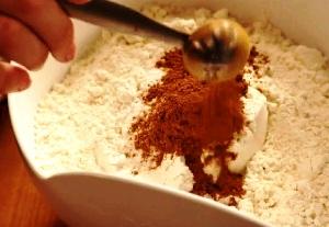 добавляем сухие ингредиенты и продолжаем взбивать тесто