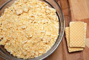 добавляем в смесь вафли, миндальный экстракт и кокосовую стружку