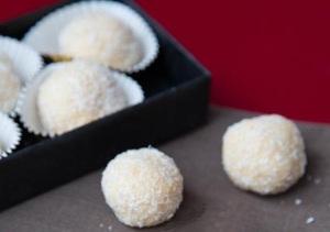 обкатываем конфеты в кокосовой стружке и отправляем в холодильник