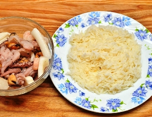 подаем рис с маслом, подливой, мясом или морепродуктами