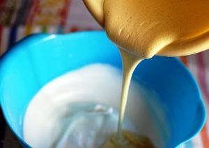 добавляем желтки к белкам