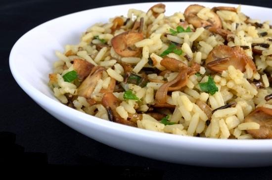 добавляем рис, бульон, соль и перец, и тушим 30 минут