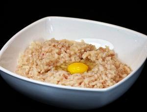 добавляем в фарш яйцо, соль и перец