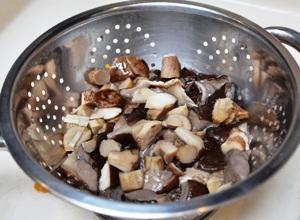 промываем грибы на дуршлаге