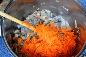 добавляем грибы и морковь