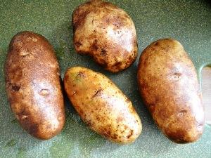 моем и насухо вытираем 4 картофелины