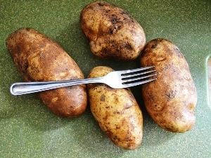 прокалываем картофель вилкой
