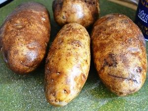 натираем картофель маслом и солью
