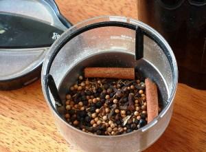 перемалываем ингредиенты в порошок и смешиваем с паприкой и мускатом