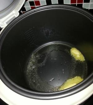 выкладываем в мультиварку картофельные лепешки