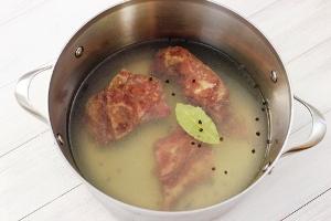 готовим бульон из копченой свинины
