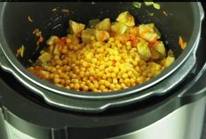 обжариваем овощи со специями