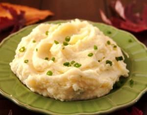 готовое пюре подаем с зеленым луком и сливочным маслом