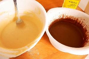 смешиваем половину теста с какао