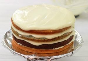 покрываем торт с боком масляным кремом
