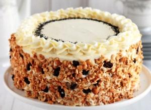 украшаем торт орехами и изюмом