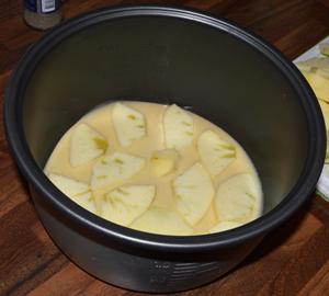 наливаем часть теста в мультикастрюлю и кладем яблоки