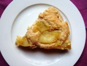 готовую яблочную шарлотку подаем на стол