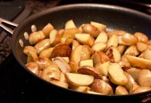 обжариваем ломтики картошки 10 минут