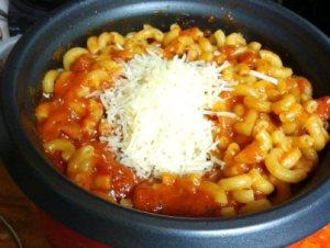 готовим макароны с фаршем, томатным соусом и тертым твердым сыром