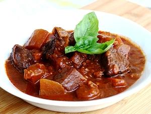 готовую говядину с картошкой подаем с зеленью