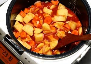 добавляем картошку и морковь