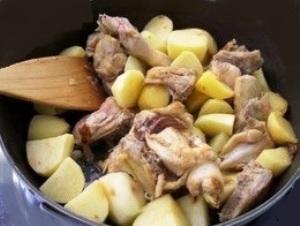 добавляем картошку, морковь и специи