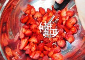 давим ягоды картофельной толкушкой
